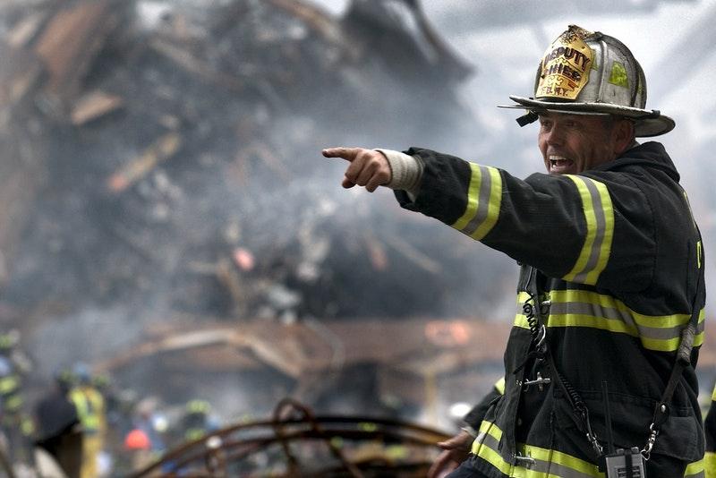 火災現場で指示をする消防士