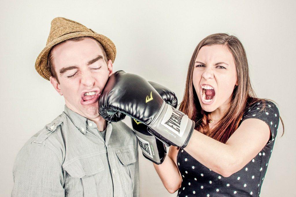 男性をグローブで殴る女性